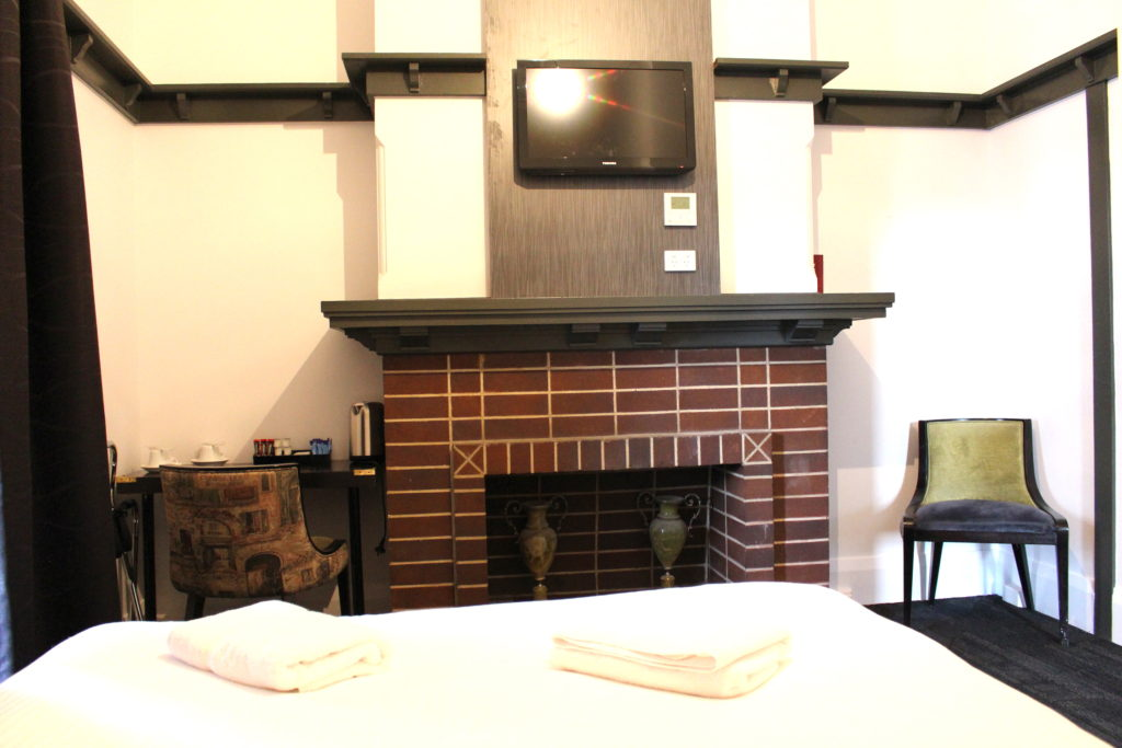 Royal-hotel-ryde-nsw-pub-accommodation-queen-room