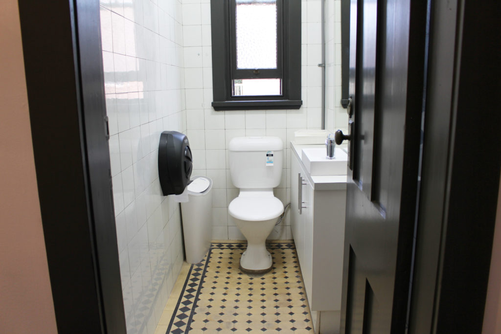 Royal-hotel-ryde-nsw-pub-accommodation-shared-bathroom