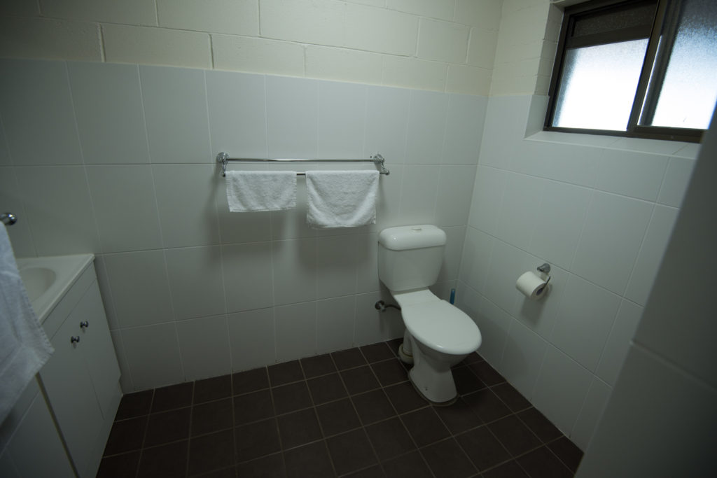 Settlers-inn-port-macquarie-nsw-pub-hotel-accommodation-bathroom