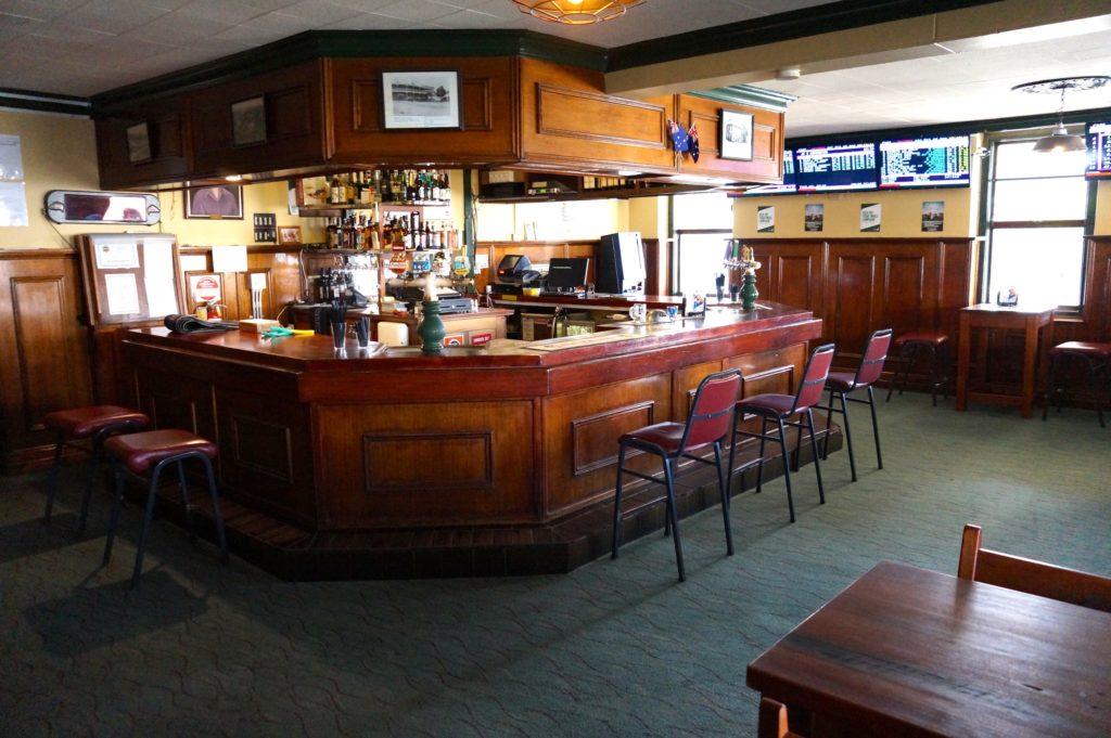 royal-hotel-cooma-pub-accommodation-bar3