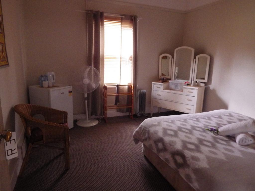 victoria-hotel-moonan-flat-pub-accommodation-queen-room1