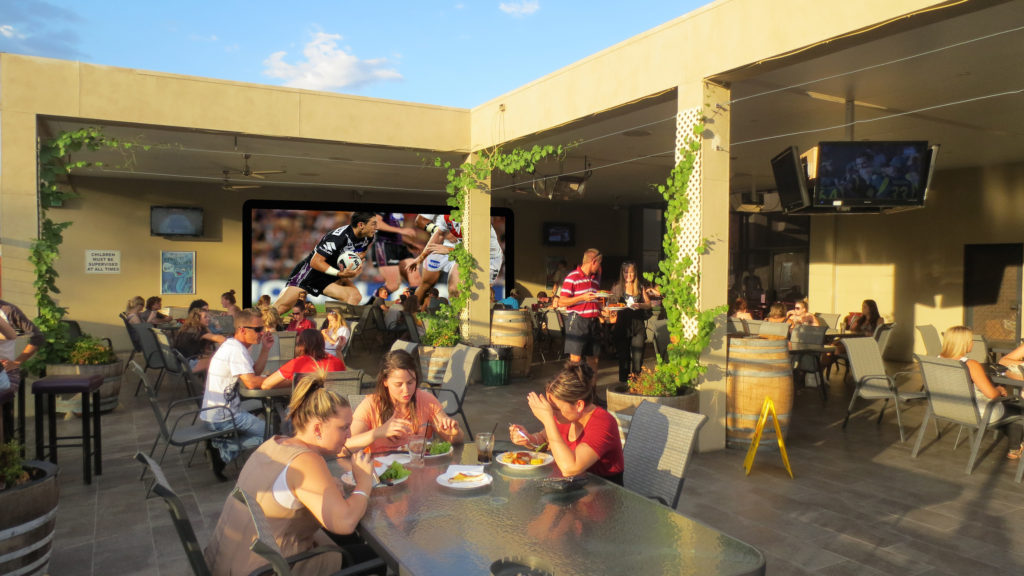 Amaroo-hotel-dubbo-budget-accommodation-nsw-outside-footy-screen