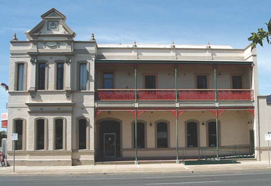 Mitchel-river-tavern-vic-accommodation-hotel-front