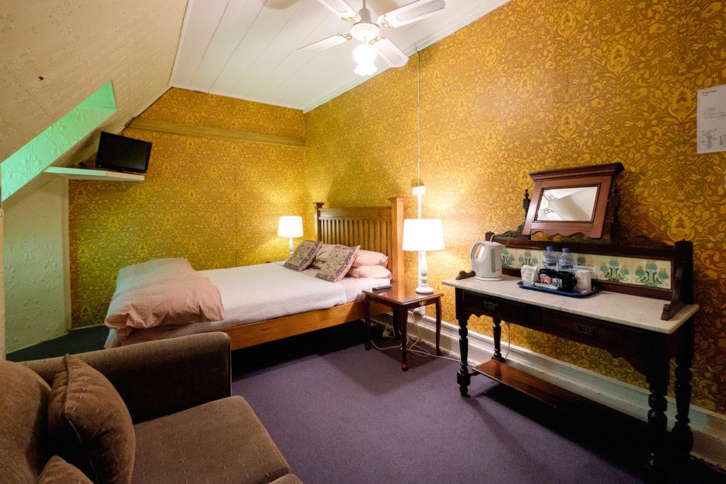 Peel-inn-nundle-nsw-pub-hotel-accommodation-room-sofa
