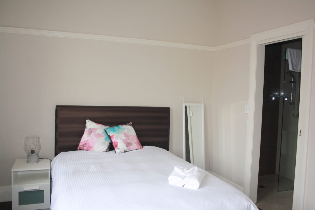 Annandale-Hotel-NSW-pub-accommodation-double-room-ensuite2 copy