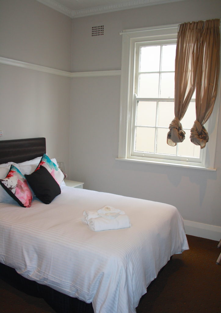 Annandale-Hotel-NSW-pub-accommodation-double-room-shared-bathroom1