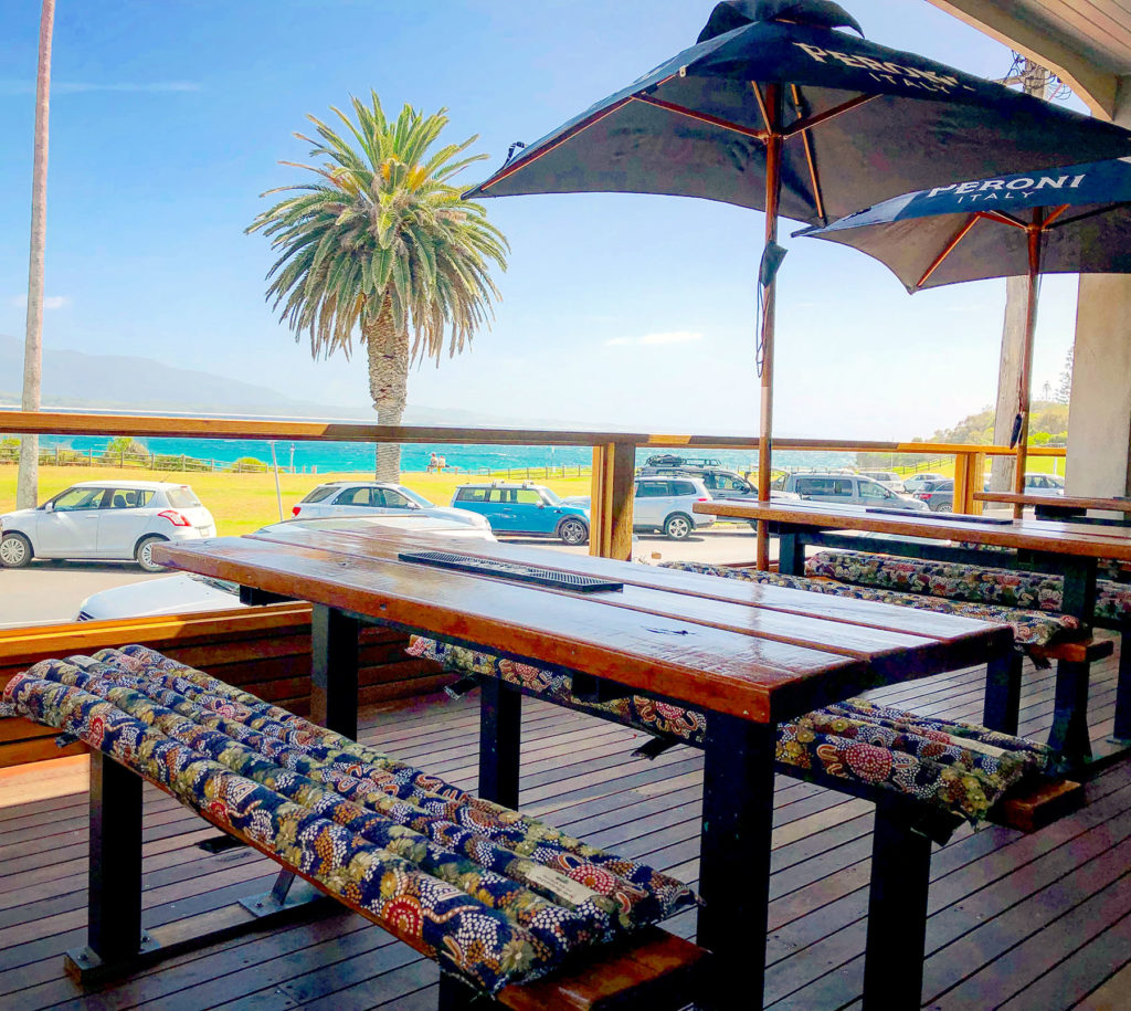 Bermagui-beach-hotel-nsw-pub-accommodation-outdoor-bar3