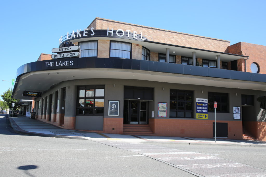 lakes-hotel-the-enterance-pub-accommodation